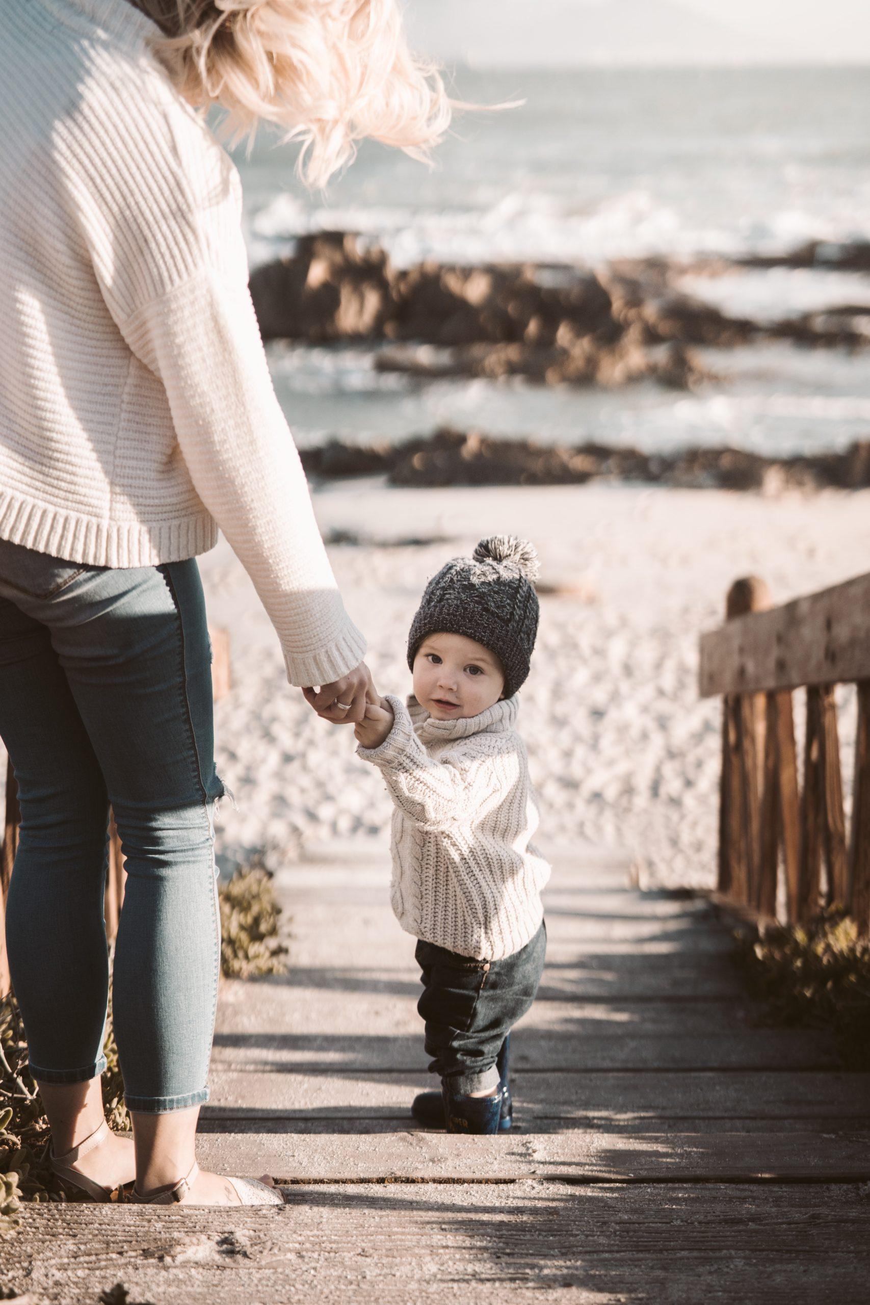 Mutter mit Baby am Strand - Nordseeinseln.net - deine
