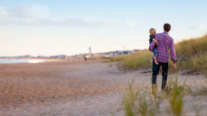 Vater und Kind am Strand